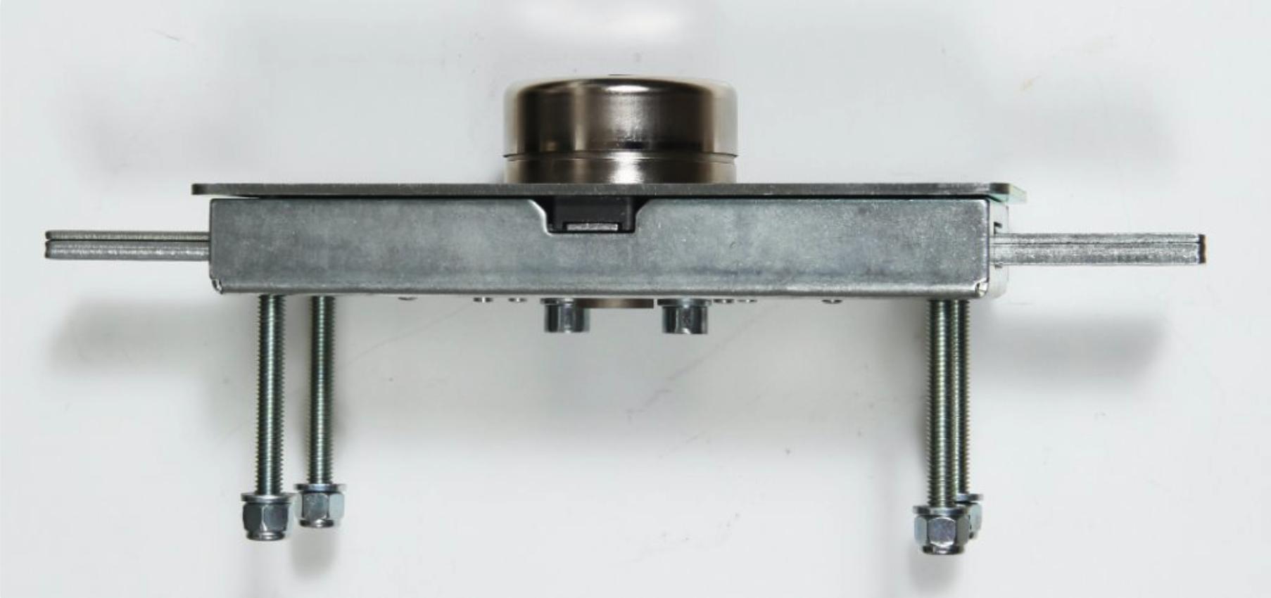 La cerradura acorazada Viro Serie 1.8270 provista de placa de protección. La chapa de la cortina metálica enrollable queda protegida entre la caja y la placa de protección para formar un conjunto sumamente resistente.