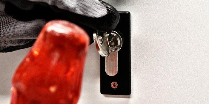 En comparación con el lockpicking, la apertura con llave bumping es más simple una vez que se tiene la bump key apta para la específica cerradura.
