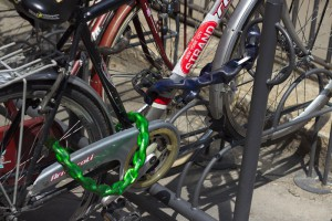 Un ejemplo de cómo se ata bien una bicicleta: una cadena ata la rueda delantera y el bastidor a un punto fijo, mientras que una segunda cadena ata la rueda trasera al bastidor.