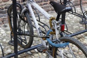 Aquí las ruedas y el bastidor están atados a un punto fijo con un cable acorazado. Una cadena fija la rueda trasera.