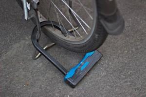 Una cadena o un candado que toca el suelo es mucho más fácil de cortar.