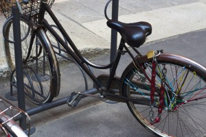Solo la rueda trasera está atada: la bicicleta se puede levantar y llevar sin problemas.