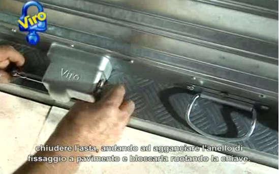 Cierre del vástago del grupo de fijación (en la fotografía un Nuovo Viro Condor) en el anillo móvil insertado en la campana cementada en el suelo.