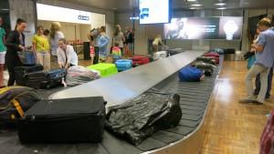 Después del vuelo, las maletas llegan en una cinta transportadora sin vigilancia.