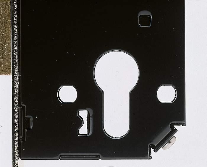Cerradura Viro con 2 perforaciones a norma DIN a la derecha y a la izquierda de la perforaciones para el paso del cilindro.