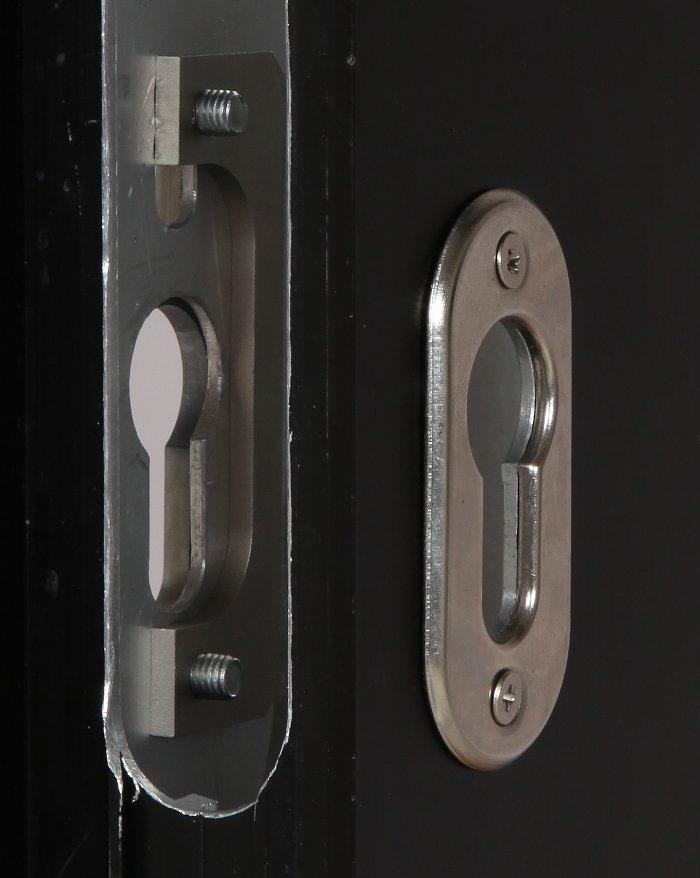 Placa de fijación insertada en el interior del compartimento cerradura al que se atornilla la placa de contraste en la parte externa.