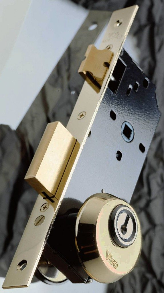 Escudo de seguridad Viro instalado en una cerradura con tornillos pasantes a través de perforaciones DIN.